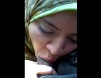 Arabic chick with hijab doing a blowjob in the car