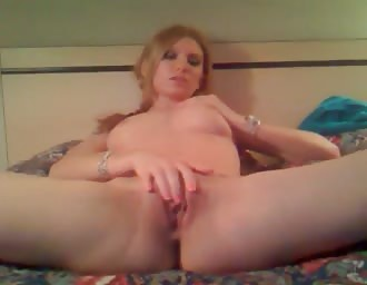 golden-haired hottie masturbates vagina on cam